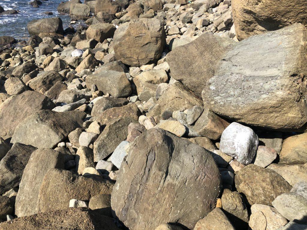 大きめの岩が転がった地磯